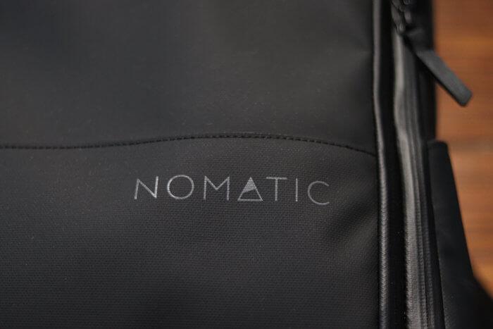 Nomatic Travel Pack - Logo Außenmaterial